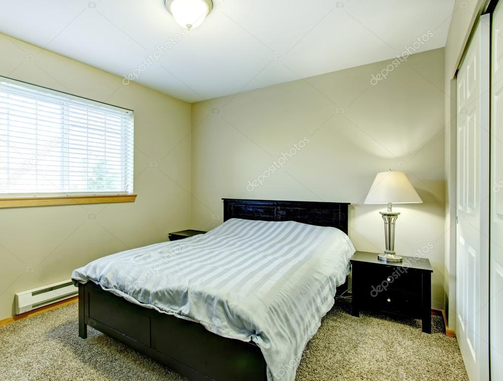 Kleine Slaapkamer Kast : Kleine slaapkamer met zwarte meubilair u2014 stockfoto © iriana88w #40718189