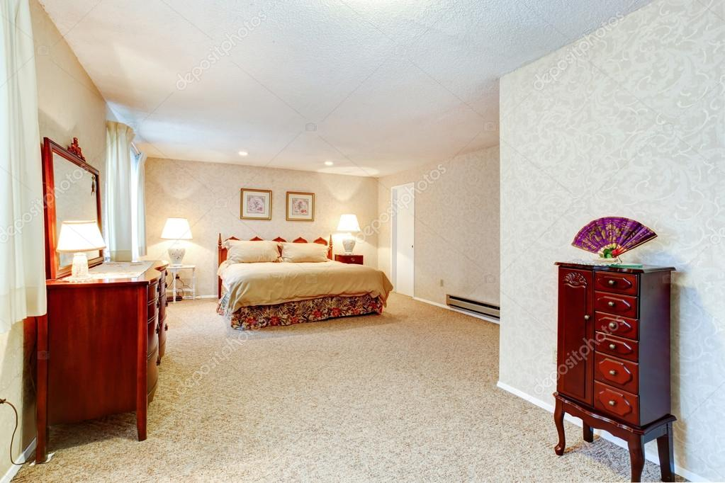 Camera da letto colori tenui con mobili antichi u2014 foto stock