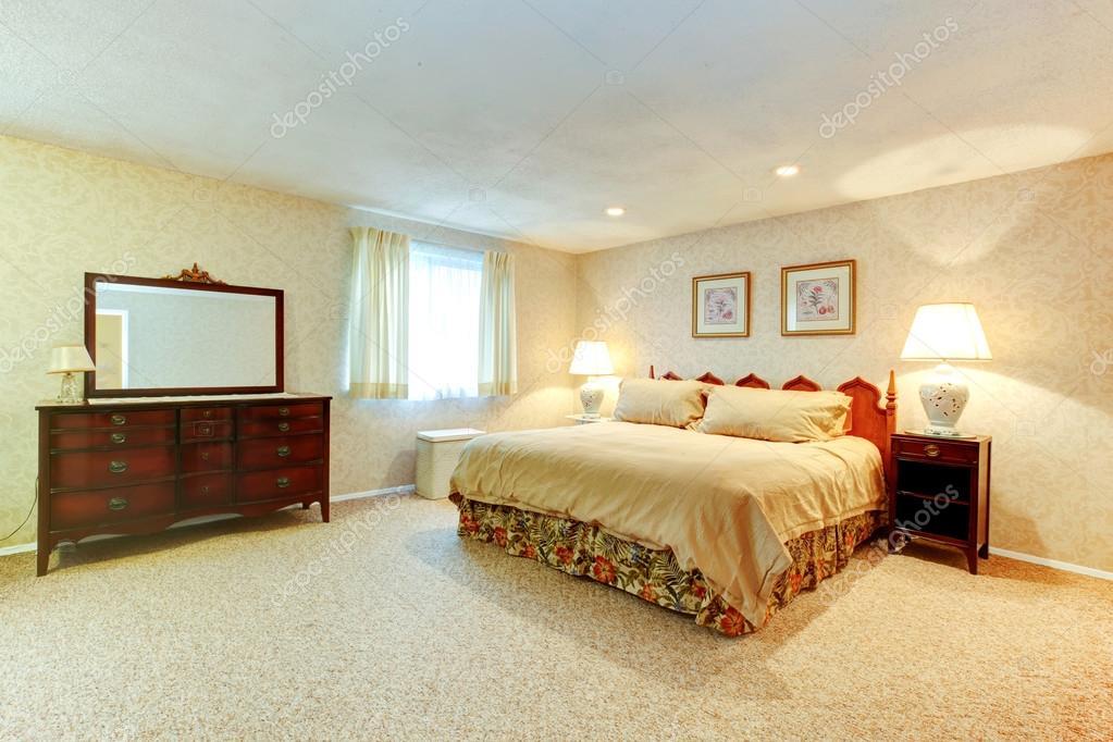 zachte kleuren slaapkamer met antieke meubelen — Stockfoto ...