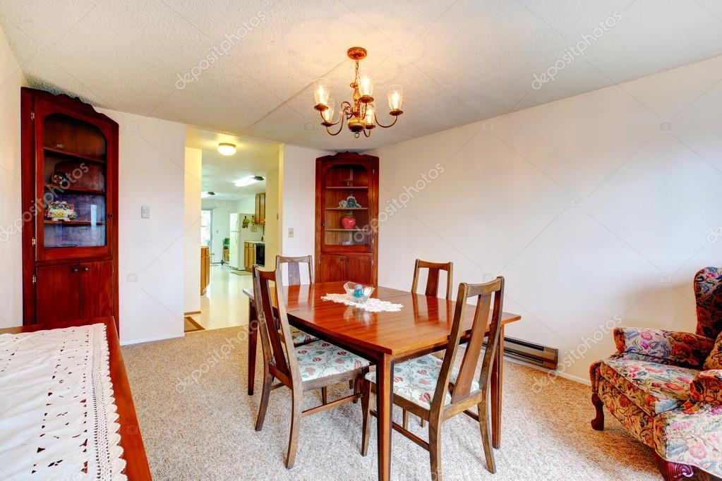 Sala Da Pranzo Rustica : Accogliente sala da pranzo rustica u foto stock iriana w