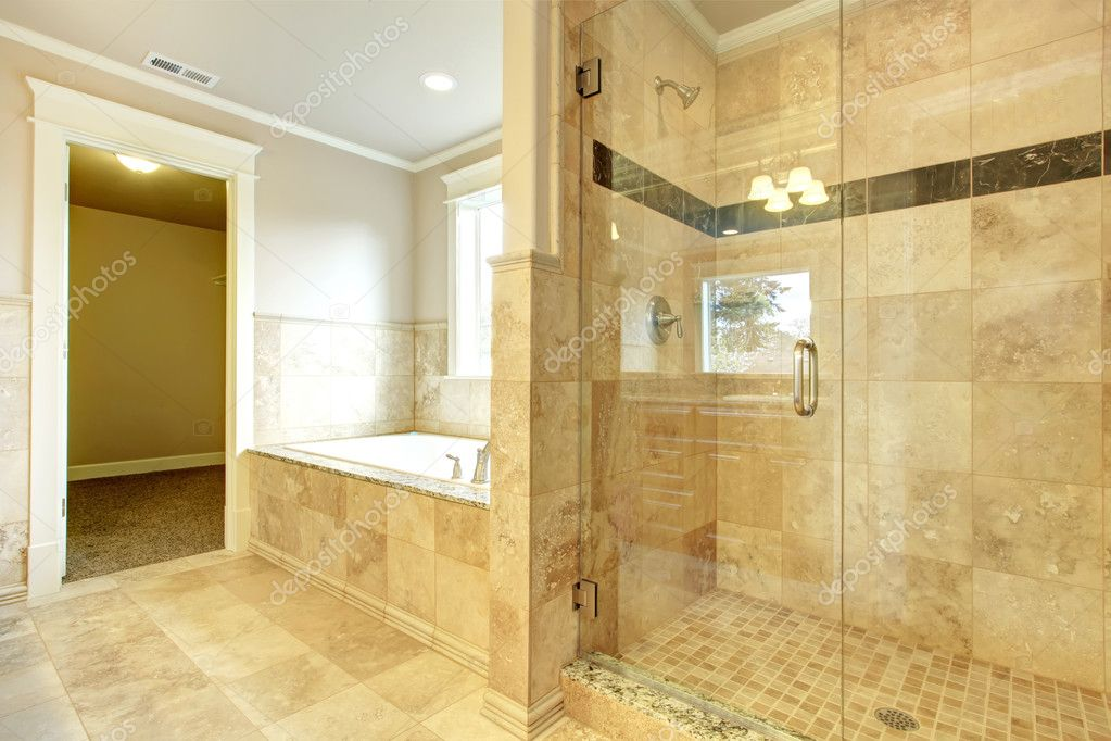 gezellige badkamer met bad en glazen deur douche — Stockfoto ...