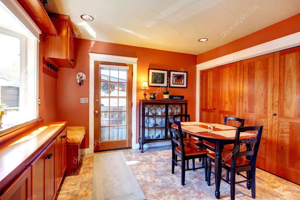 Eetkamer Van Oranje : Helder oranje eetkamer met zwarte houten tafel set u stockfoto