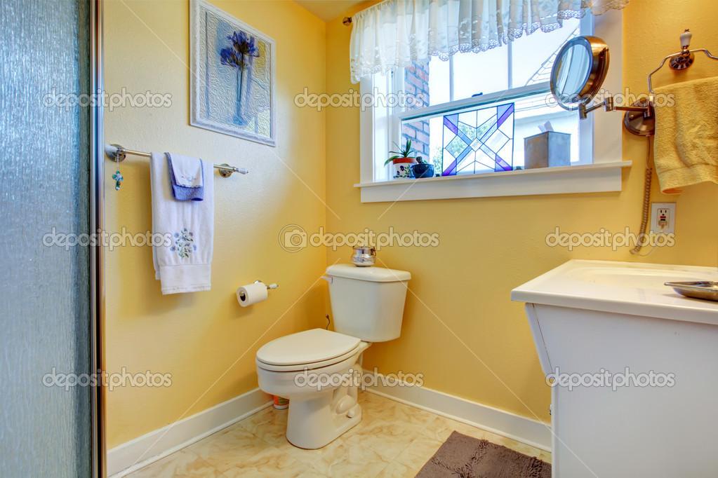 salle de bains lumineuse jaune — Photographie iriana88w © #40813009