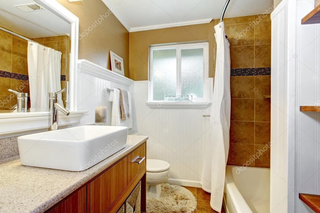 Een Gezellige Badkamer : Bruine en witte gezellige badkamer met venster u stockfoto