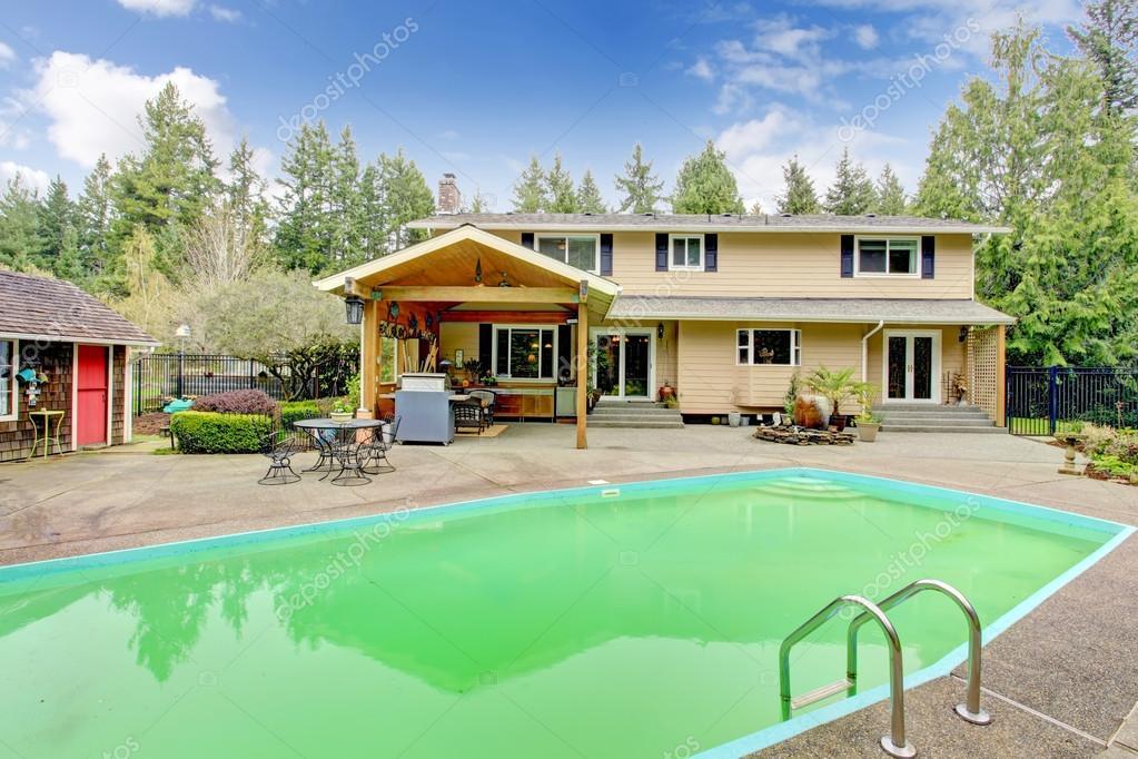 Betonboden Garten Mit Swimming Pool, überdachte Terrasse, Schuppen Und  Dekorative Palme Töpfe U2014 Foto Von Iriana88w