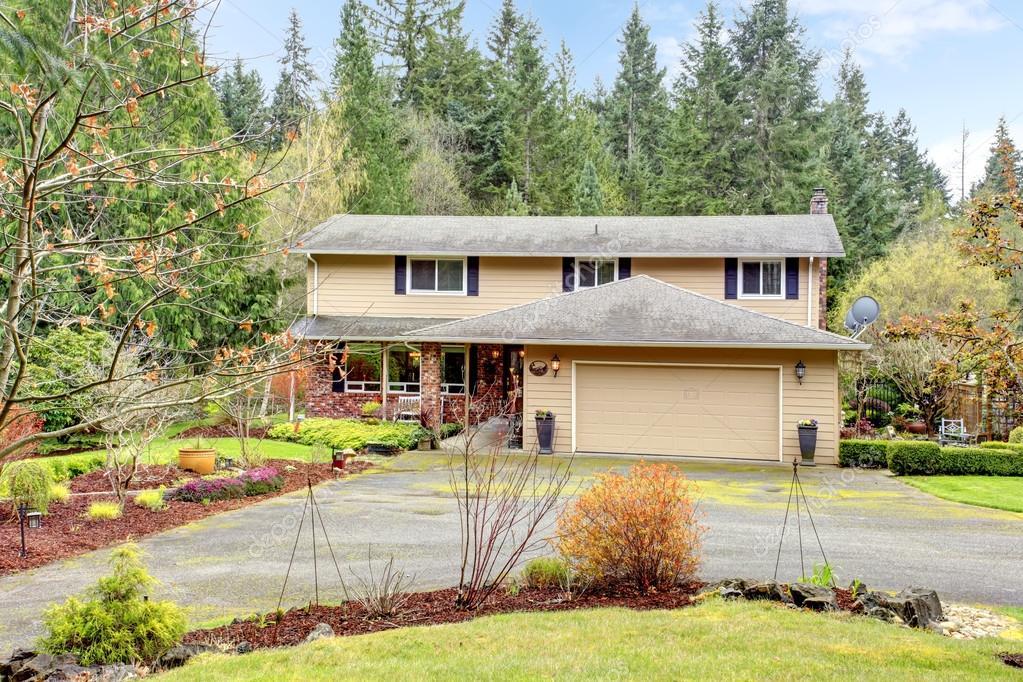 casa a due piani con annesso garage e portico aperto