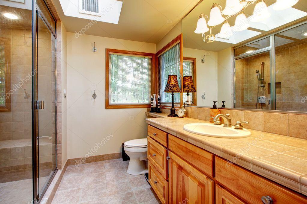 warme gemütliche Badezimmer mit windows — Stockfoto © iriana88w ...