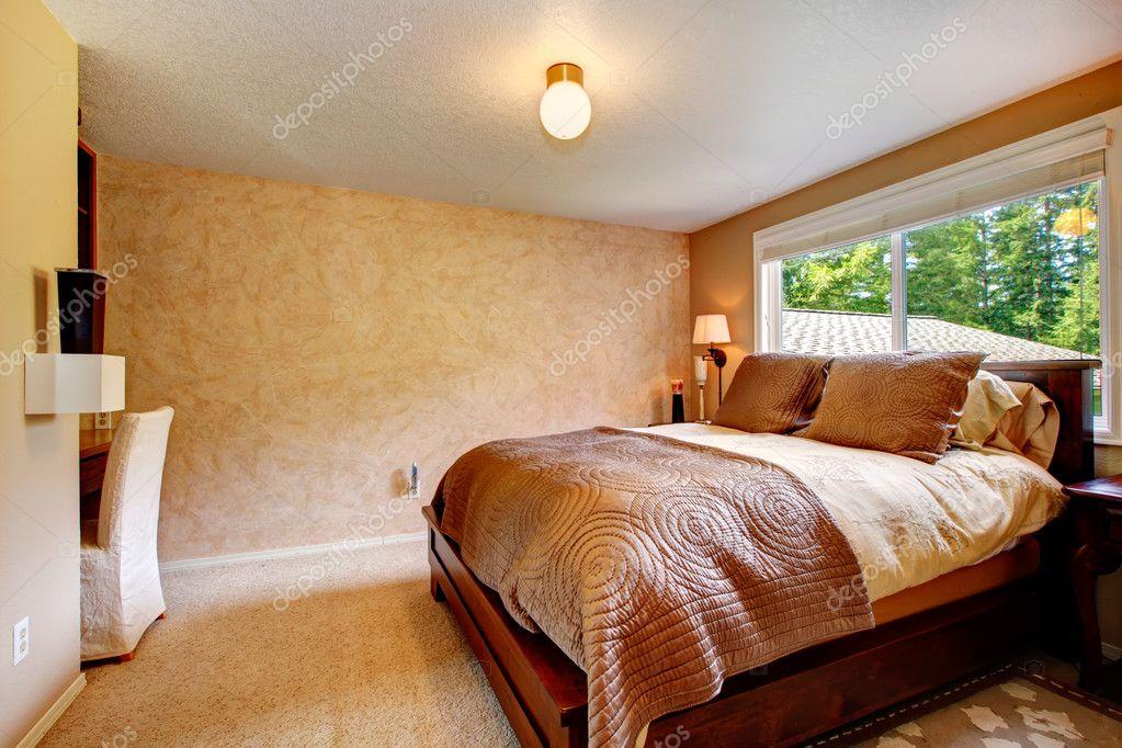 Beige Schlafzimmer Mit Weichem Teppichboden. Ausgestattet Mit Hölzernen  Queen Size Bett, Schreibtisch Und Stuhl U2014 Foto Von Iriana88w