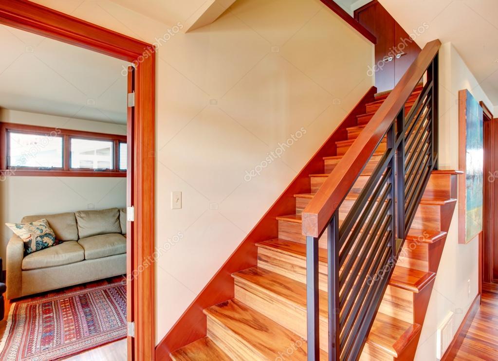 Corridoio con scale in legno foto stock iriana88w - Immagini scale in legno ...