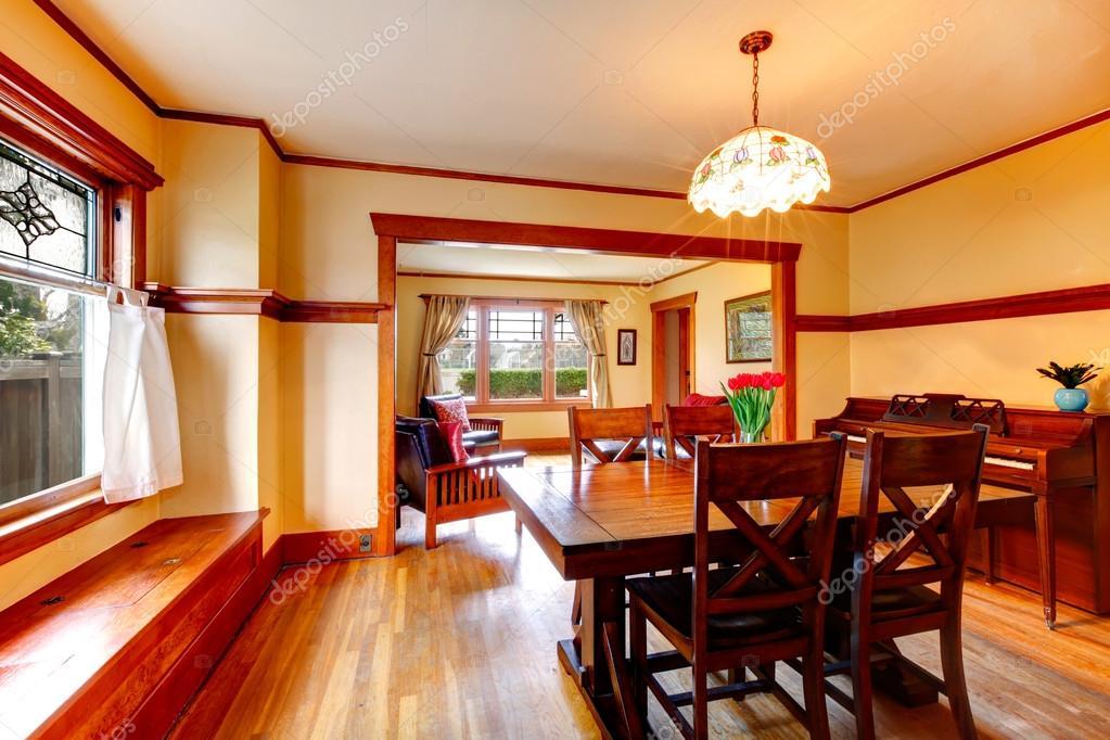 Sala Da Pranzo Rustica : Sala da pranzo rustica con pianoforte u foto stock iriana w