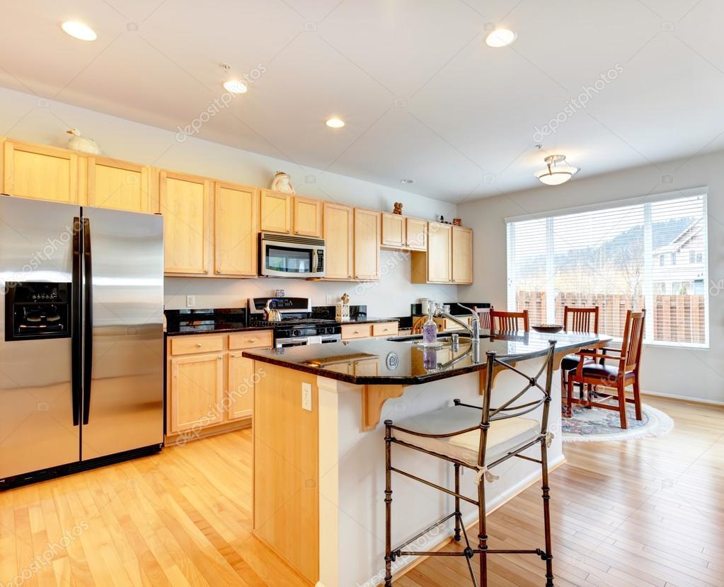 Zimmer große helle Küche mit Essbereich — Stockfoto © iriana88w ...