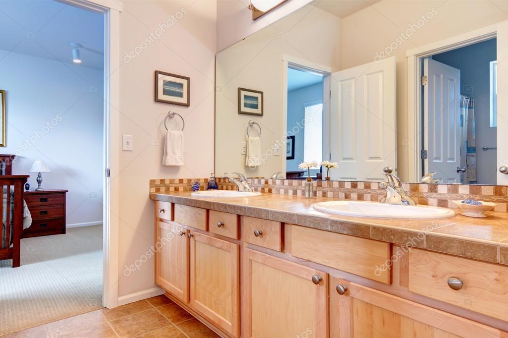 Warme Farben Badezimmer mit großer Spiegel — Stockfoto ...