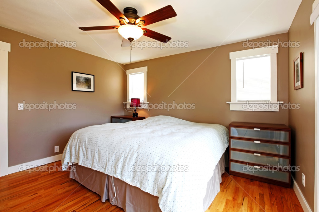 Bruine Slaapkamer Muur : Slaapkamer met bruine muren en blauwe deken u stockfoto