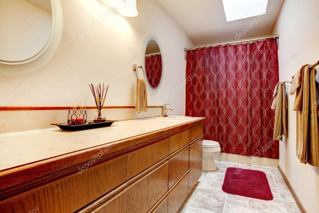 baño acogedor con alfombra roja y cortinas — Foto de stock ...