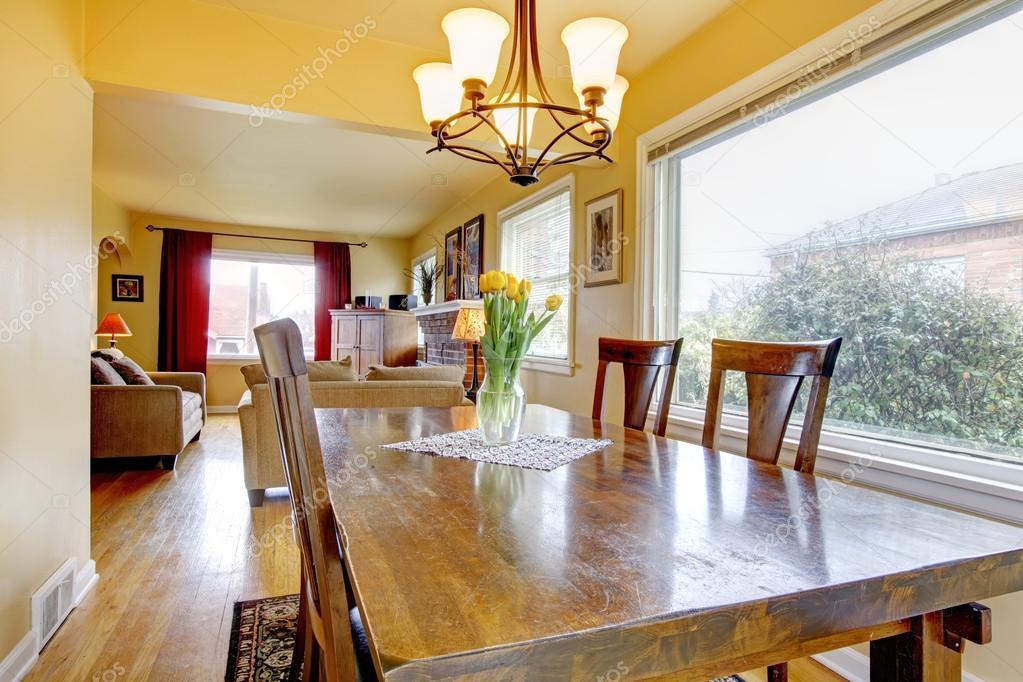 Piccola Sala Da Pranzo : Accogliente sala da pranzo piccola. vista del soggiorno u2014 foto stock
