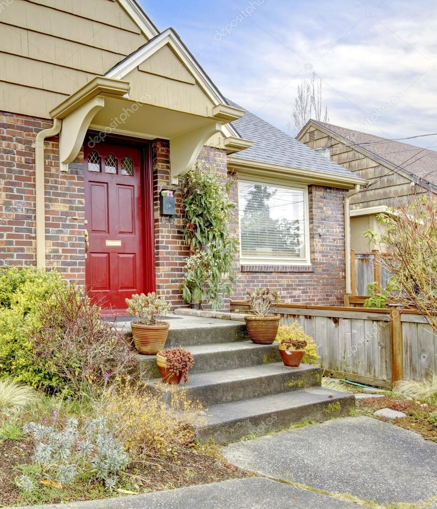 maison en brique belle avec porte d\'entrée rouge — Photographie ...