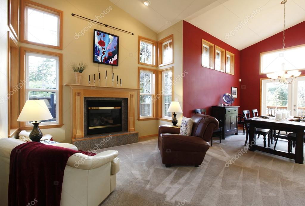 moderno grande soggiorno con parete rossa — Foto Stock © iriana88w ...
