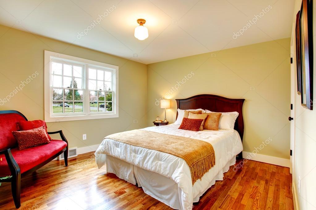 Gezellige warme kleuren slaapkamer met tuindeuren u stockfoto