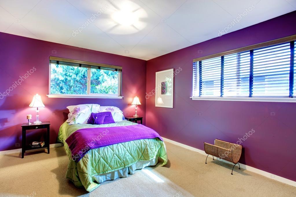 contrast kleur mooie slaapkamer stockfoto