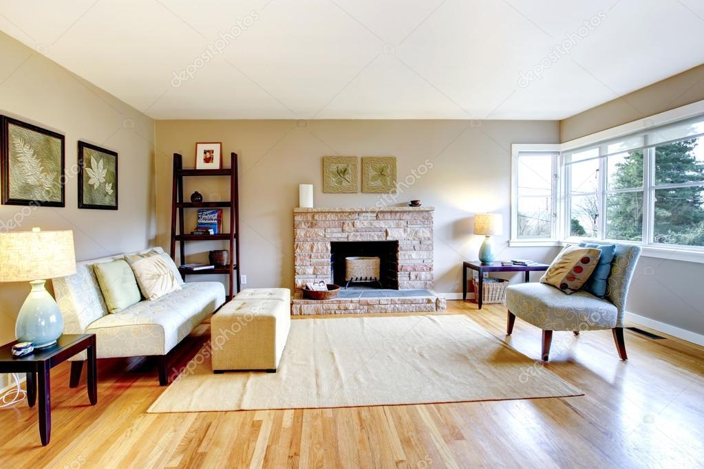 lichte kleuren woonkamer met een open haard rotsachtige achtergrond ...