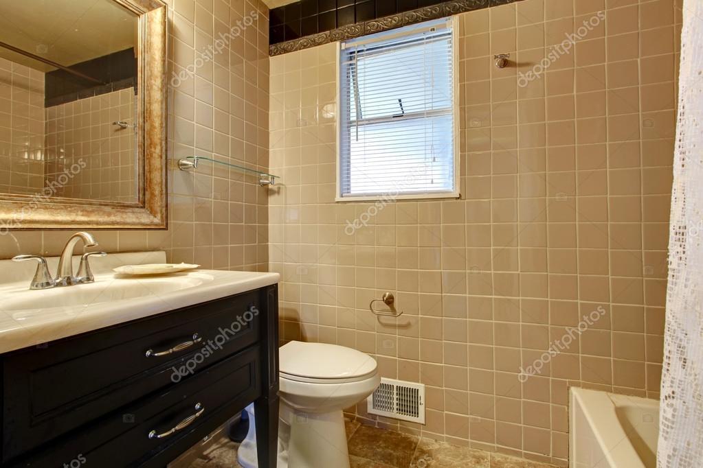 Salle de bain beige avec meuble lavabo noir — Photographie ...