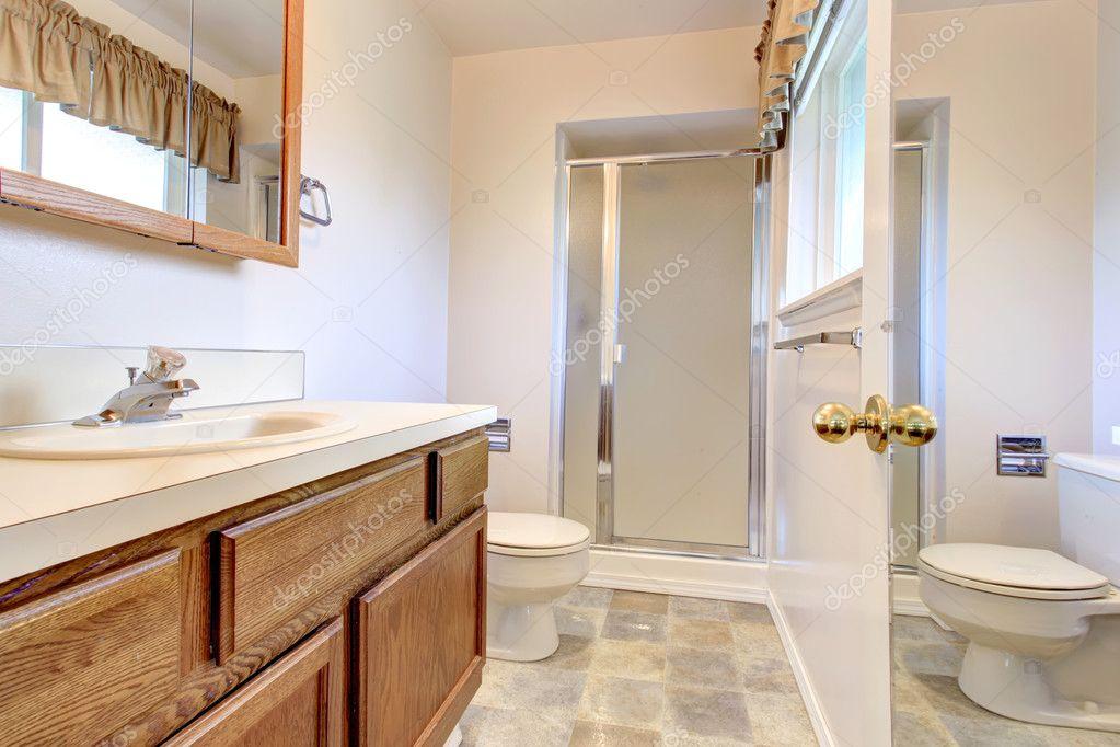 lichte kleuren badkamer met glazen deur douche — Stockfoto ...