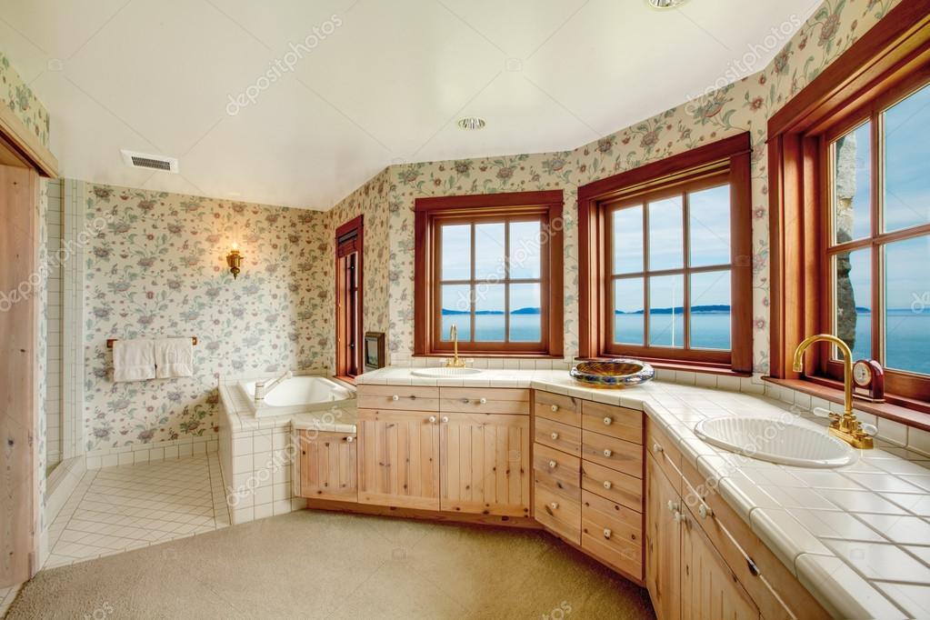 Incredibile bagno floreale con finestre francesi u2014 foto stock