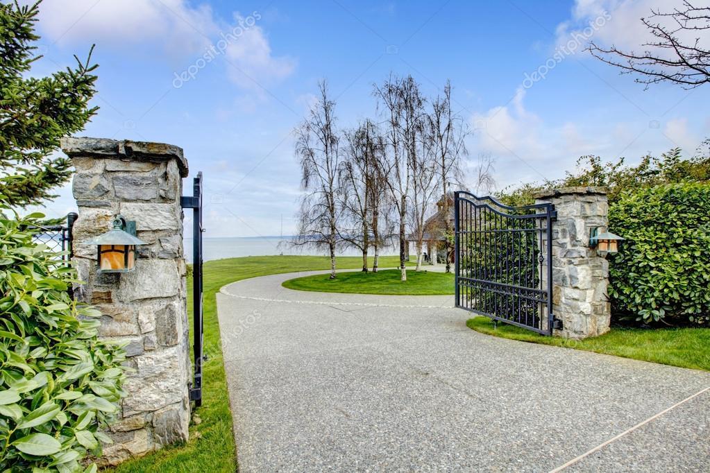Port es de ferro da entrada com colunas de pedra for Colonne in pietra per cancelli