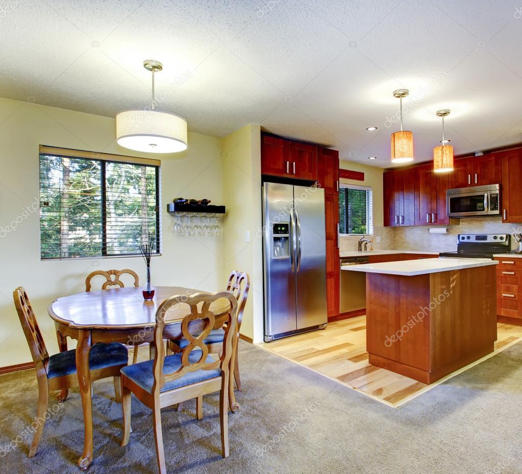 set cucina pareti giallo chiaro con un antico tavolo da pranzo ... - Tavolo Da Cucina In Legno Antico