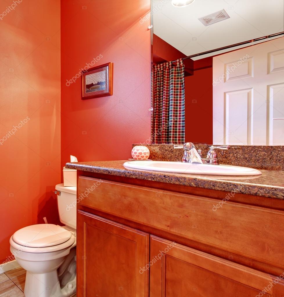 Ecke Rot Badezimmer Mit Einem Waschbecken Schrank Stockfoto