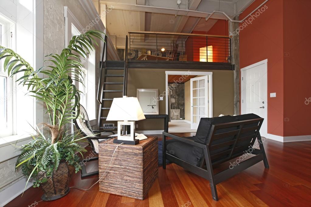 Gereconstrueerde moderne woonkamer met een mezzanine u stockfoto
