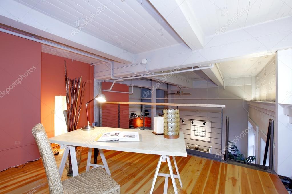 gereconstrueerde mezzanine kantoor met uitzicht over woonkamer ...