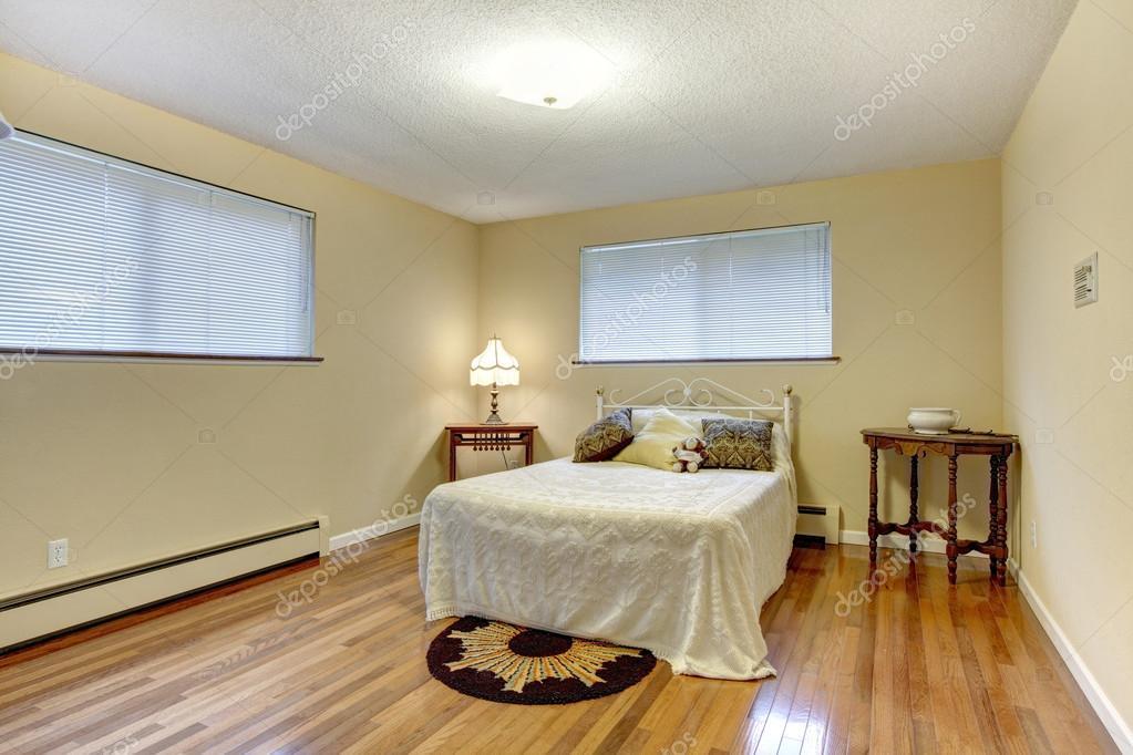 dormitorio brillante con las mesas de hierro cama marco y de la ...