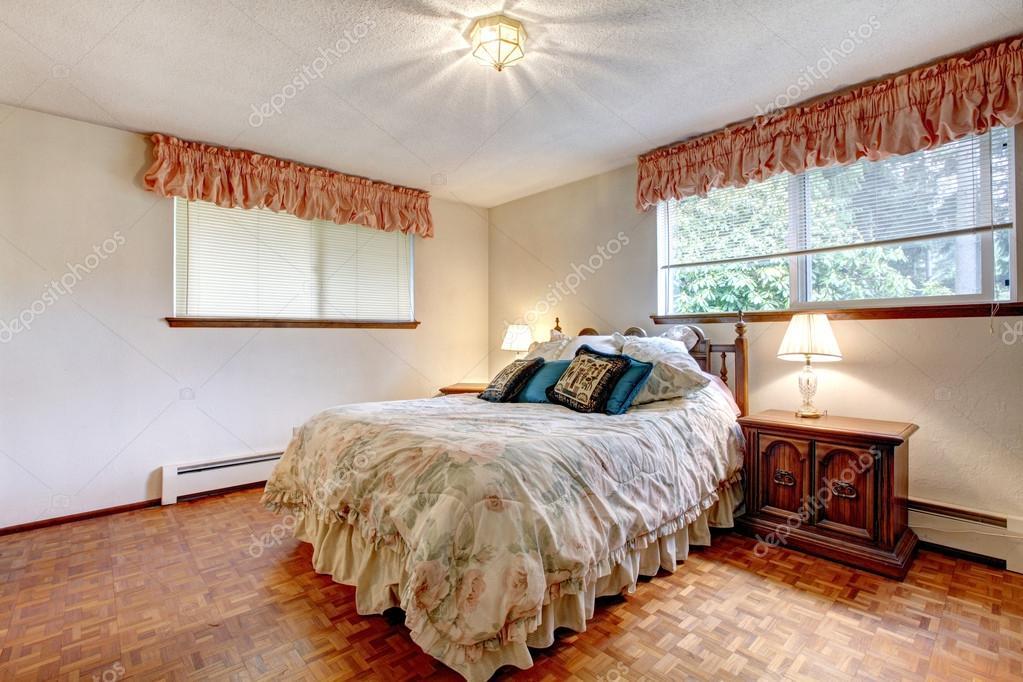 camera da letto accogliente dai colori caldi — Foto Stock ...