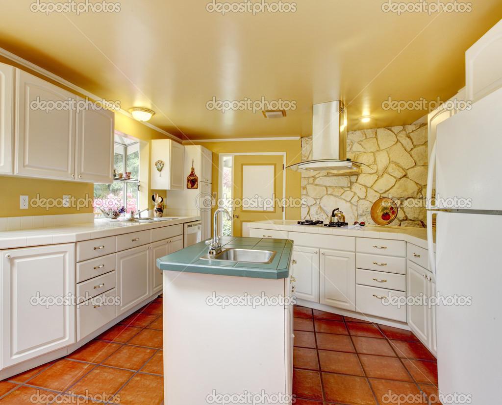 sala cucina avorio con pietra tagliare muro — Foto Stock © iriana88w ...