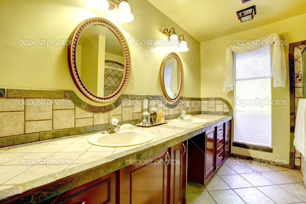 Élégante salle de bains avec mur de Pierre garniture ...