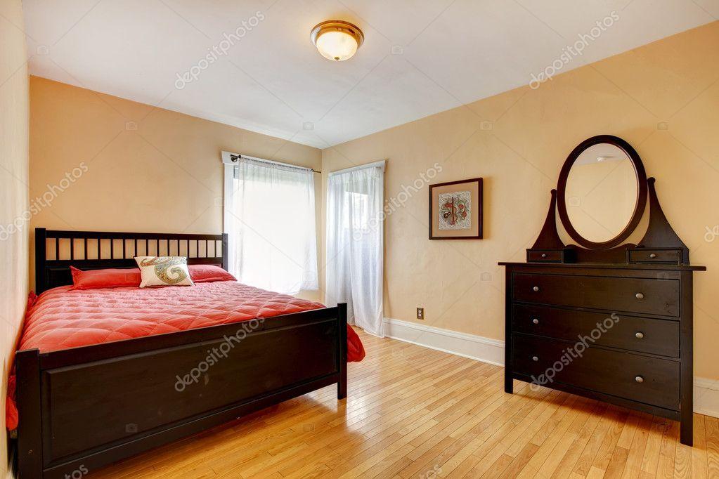 hermoso dormitorio con muebles de color marrón oscuro — Fotos de ...