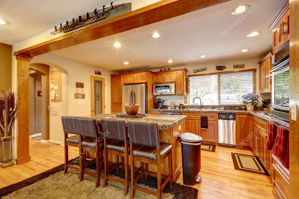 Camera luminosa cucina con isola e sgabelli u foto stock