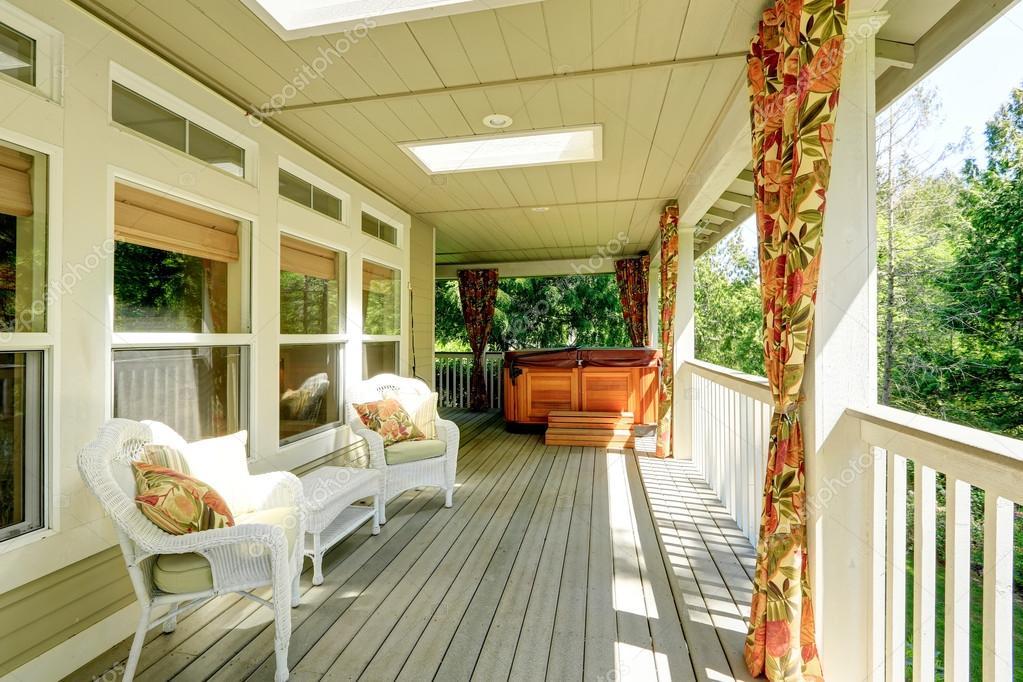 backyad acogedora terraza con jacuzzi u imagen de archivo