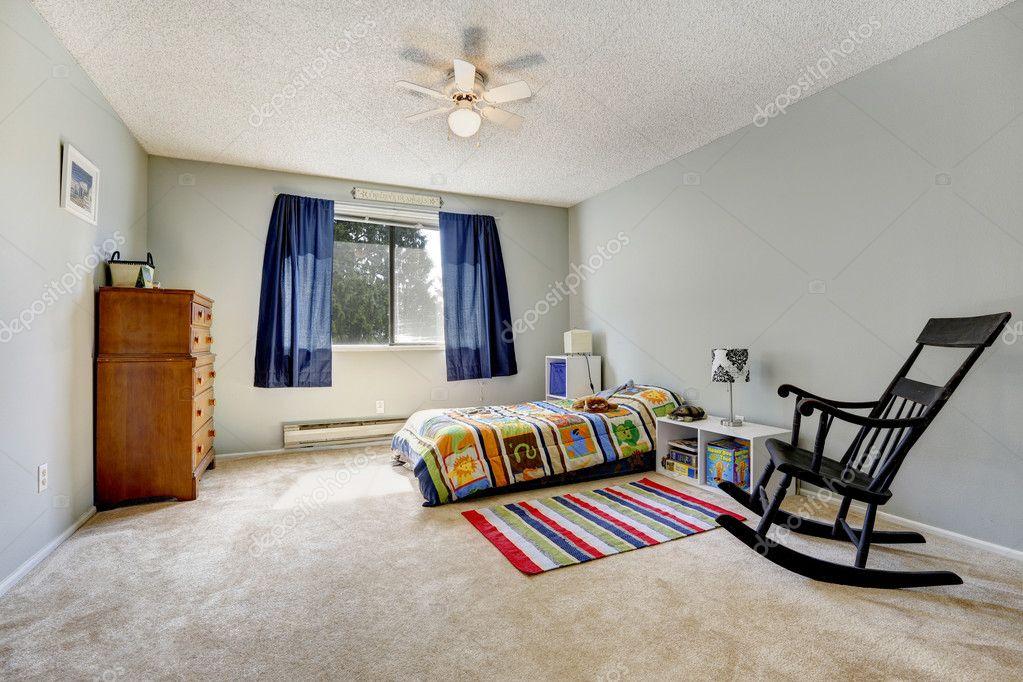 Grigio camera da letto colorato con tappeto foto stock iriana88w 43076287 - Tappeto blu camera da letto ...