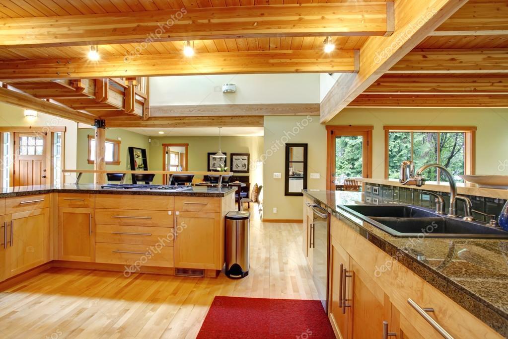 estilo cabaña de troncos. interior de cocina — Foto de stock ...
