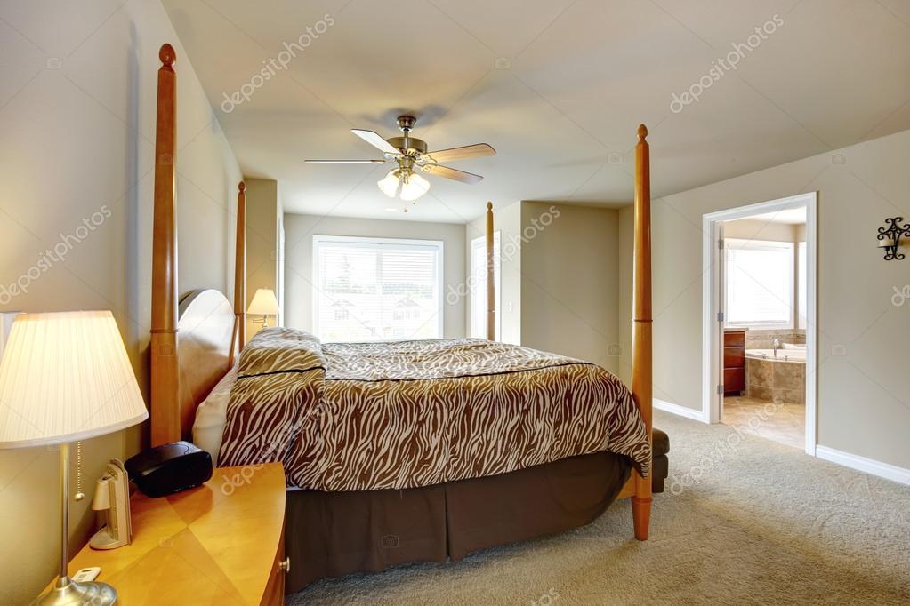 slaapkamer interieur bed met hoge posten en mooie zebra print beddengoed foto van iriana88w