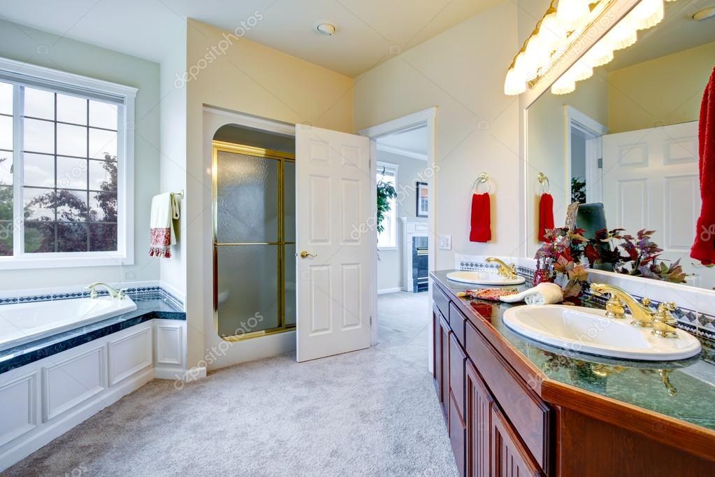 Salle de bain luxueuse avec la porte de la Chambre des maîtres ...