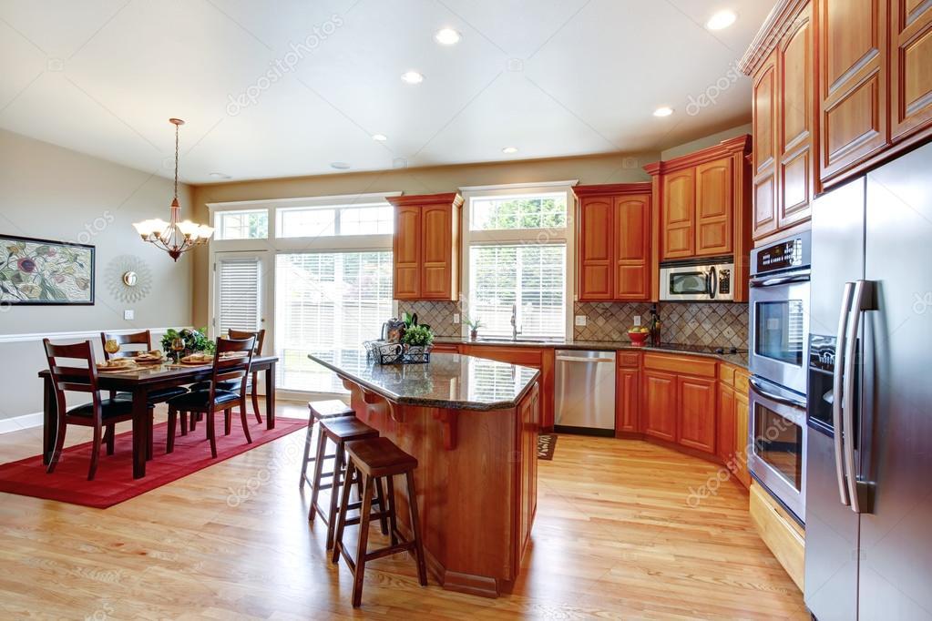 Moderne Küche Mit Edelstahl Geräten Und Insel. Blick Auf Serviert Auf Einem  Roten Teppich Set Esstisch U2014 Foto Von Iriana88w