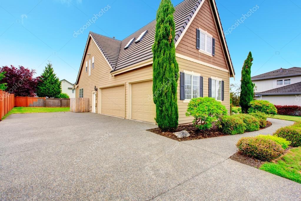 Charming Schindeln Abstellgleis Haus Mit Zwei Auto Garage Und Einfahrt. VIW Grüne  Wunderschöne Landschaft U2014 Foto Von Iriana88w