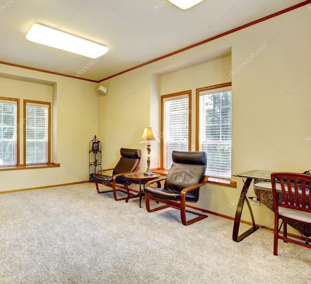 Gemütliches Zimmer Mit Gemauerten Kamin, Leacher Stühle Und Schreibtisch U2014  Foto Von Iriana88w
