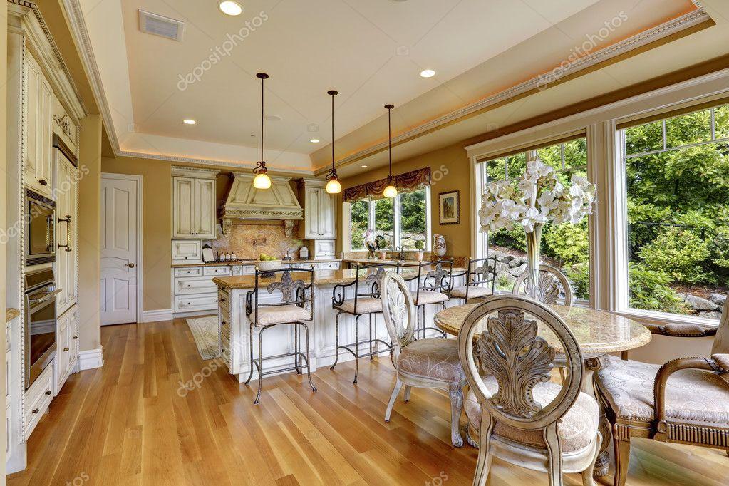 Luxus Küche Zimmer mit Esstisch — Stockfoto © iriana88w #44718395