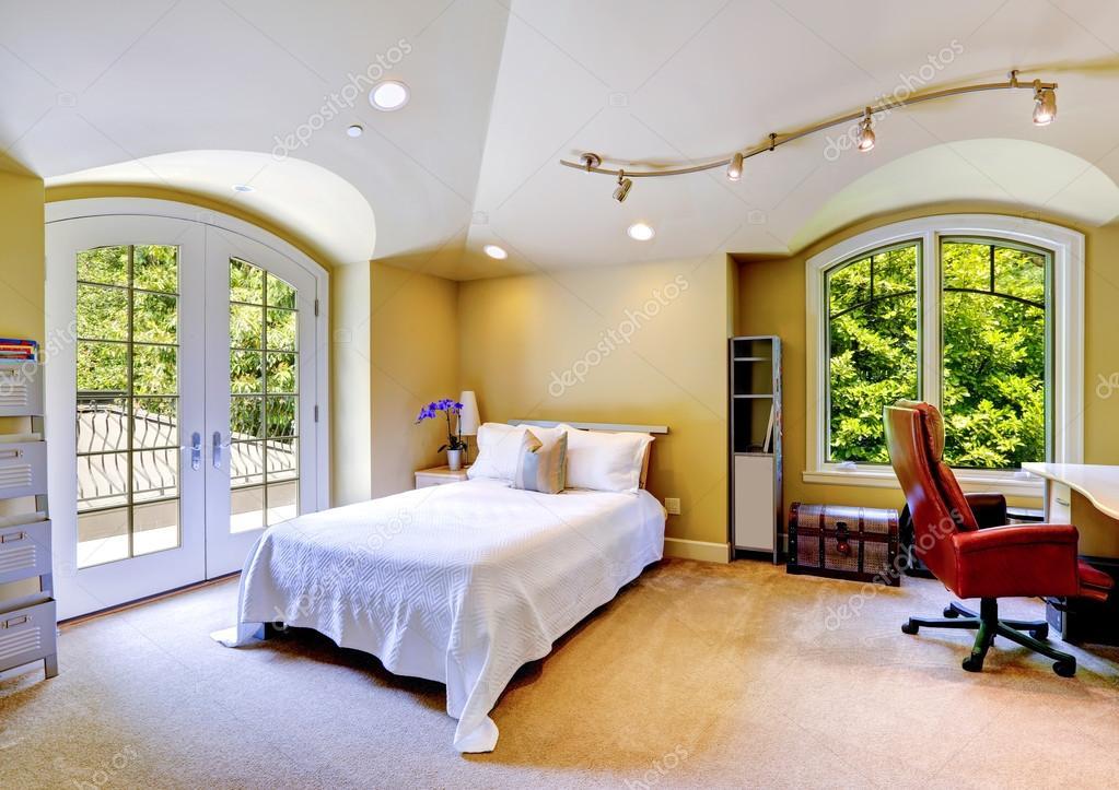 Interno di casa di lusso camera da letto con ponte di for Piani di casa di montagna con seminterrato sciopero