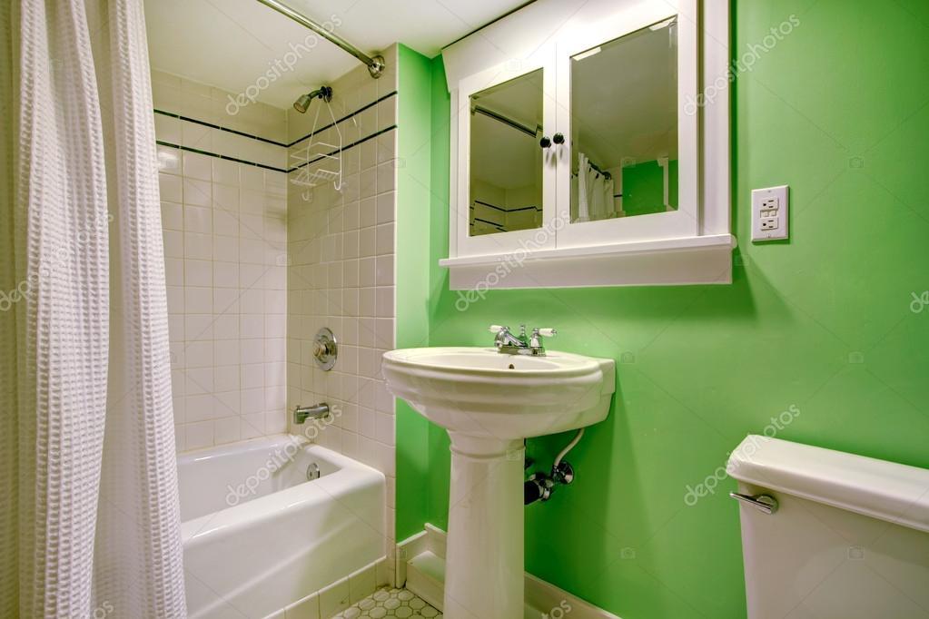 salle de bain vert avec carrelage blanc trim — Photographie ...