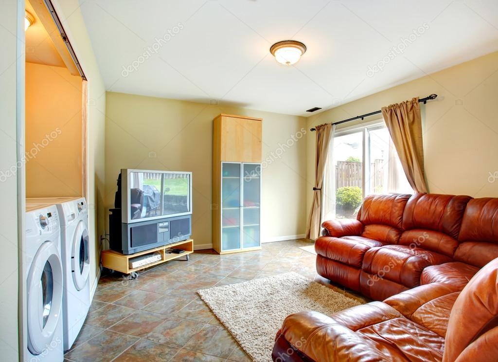 vardagsrum med rika läder soffa — Stockfotografi © iriana88w #44907593